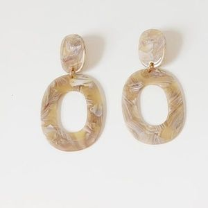 Jewelry - neutral marbled lucite oval drop earrings